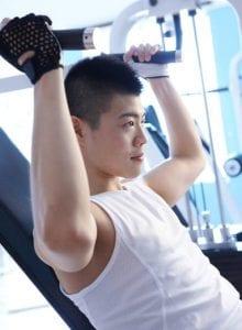 Mann trainiert Oberkörper